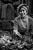 Marktverkäuferin in Indonesien