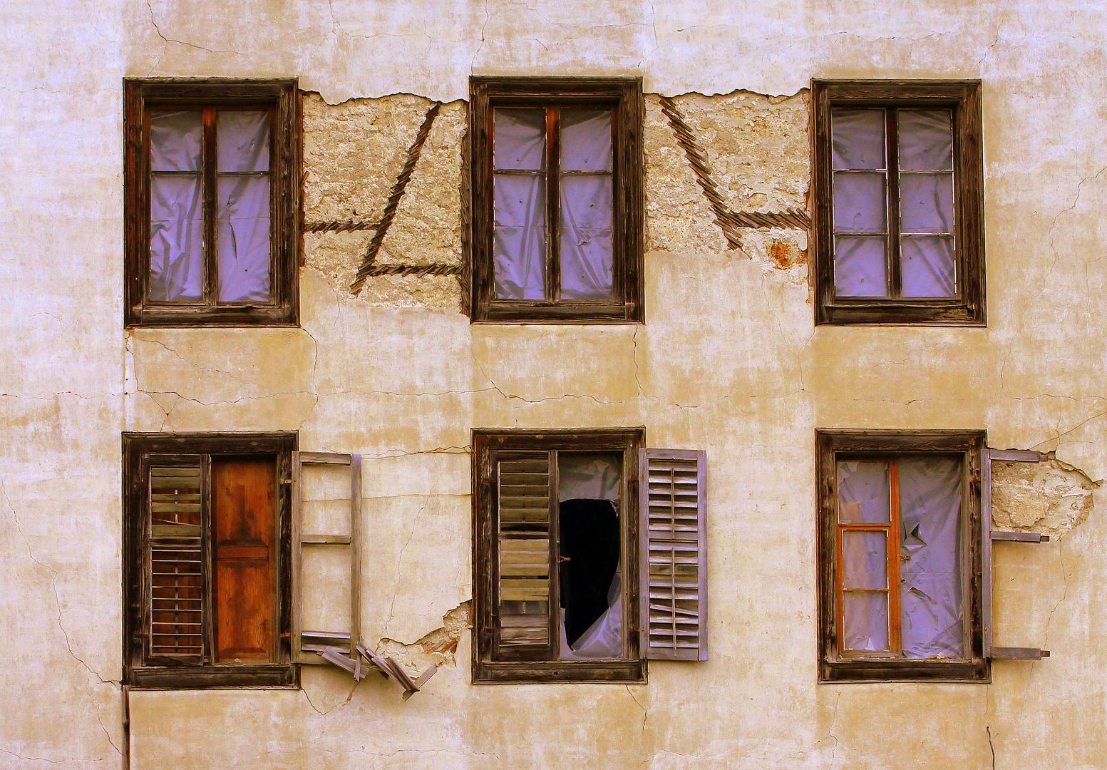 Marode Fensterfront.