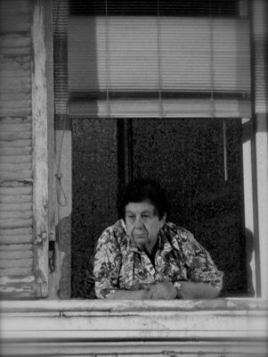 Marseille - La femme à sa fenêtre, une vie par procuration