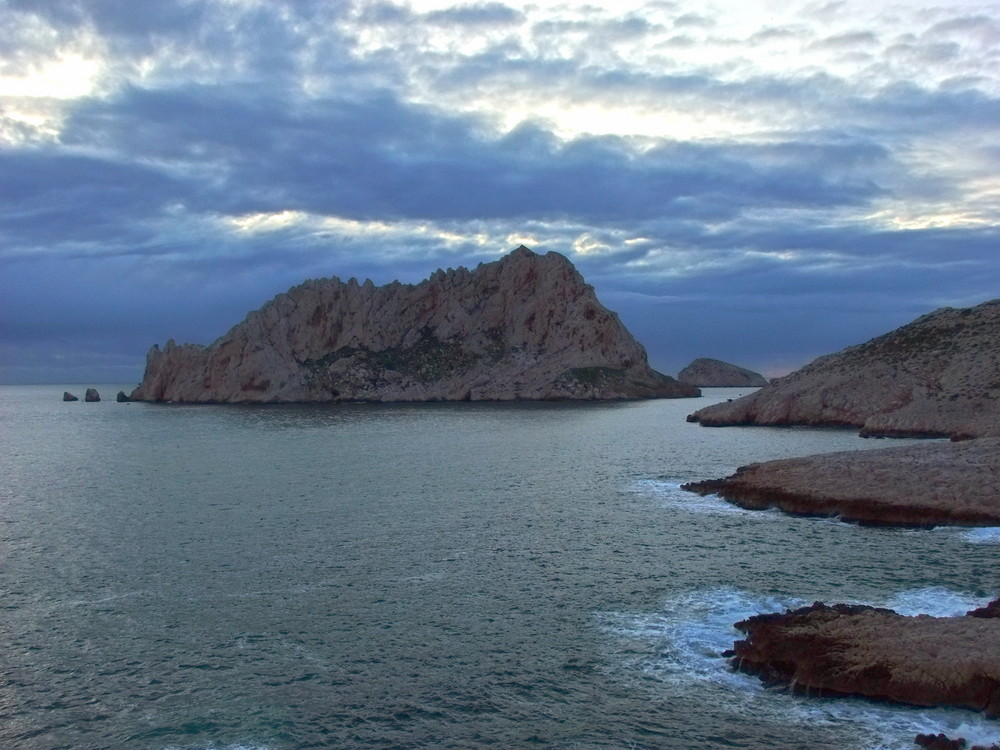 Marseille.crépuscule sur la mer...