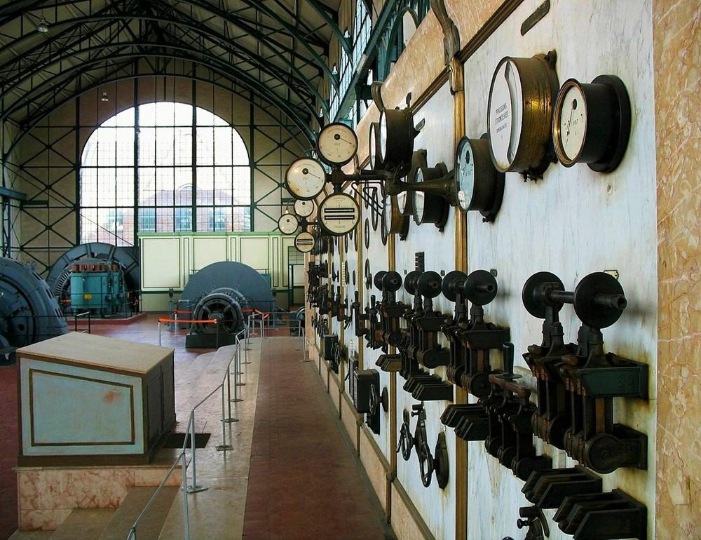Maschinenhalle . .