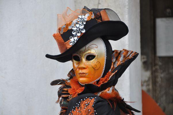 Maske in Orange