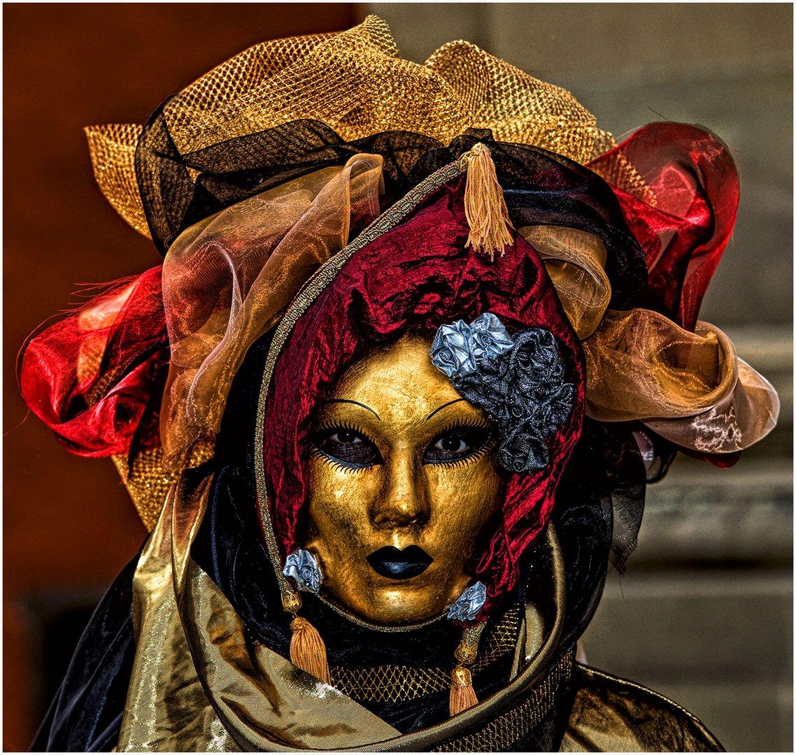 Maske in rot und gold