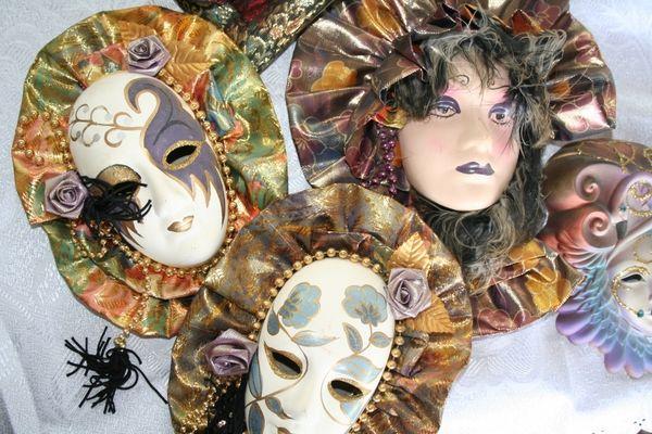 Masken auf dem Trödel