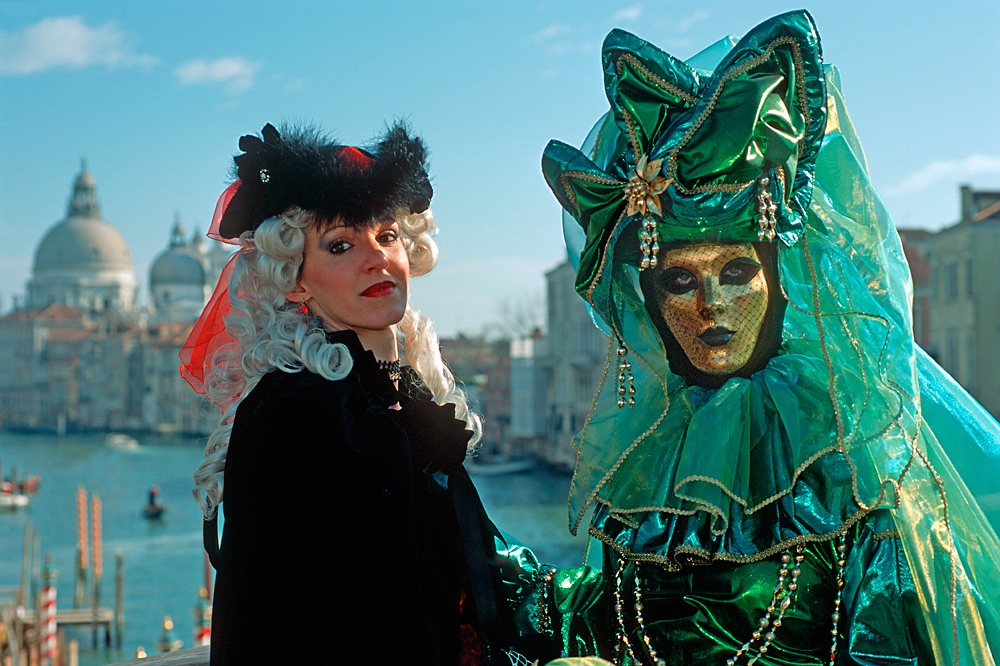 Masken auf der Academia-Brücke in Venedig