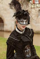 Maskenträgerin auf der Hallia 2013