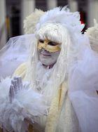 Maskenzauber in Weiß