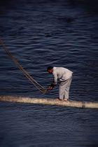 Matrose beim festmachen eines Schiffes
