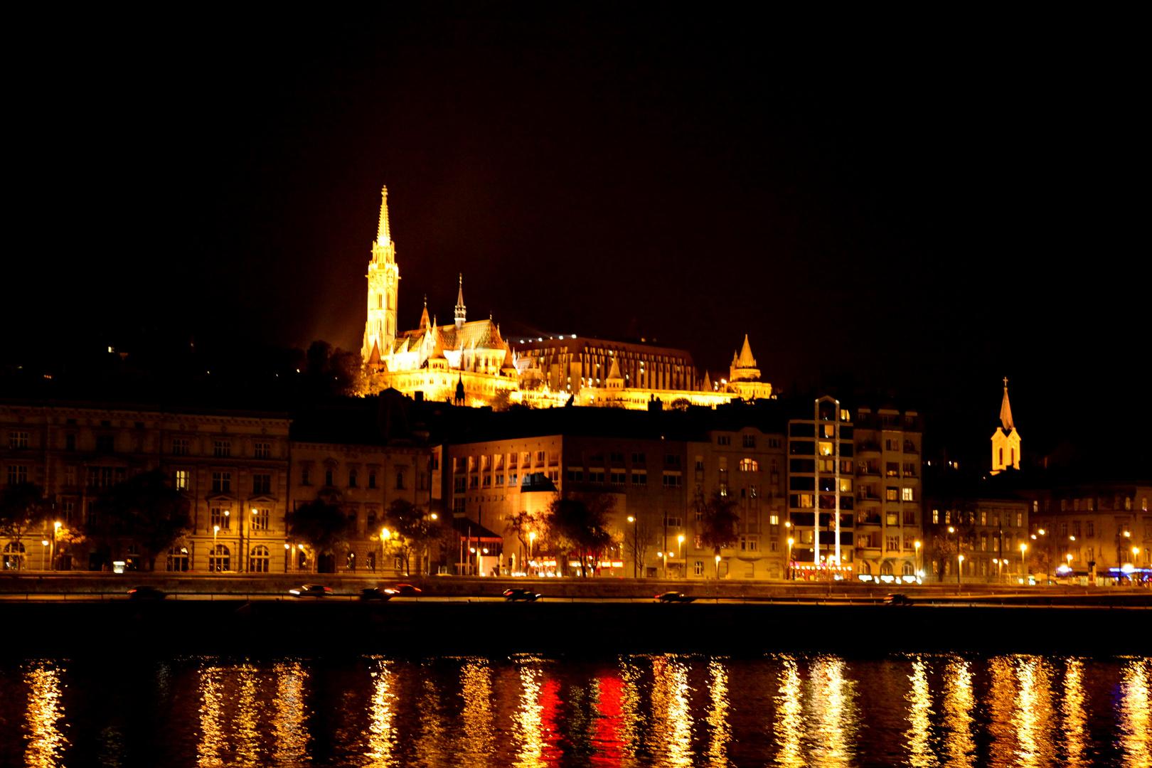 Matthiaskirche & Fischerbastei bei Nacht