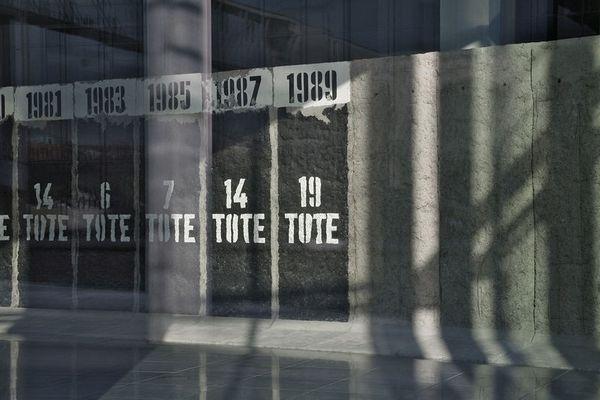 Mauer hinter Glas