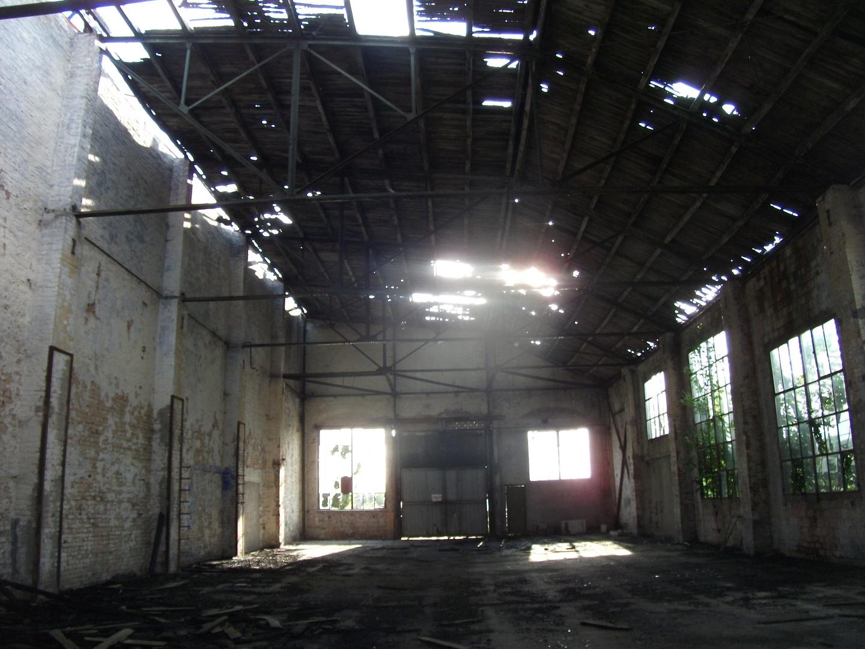 Mauerwände,Blechdach,Sonnenstrahlen in Loitz