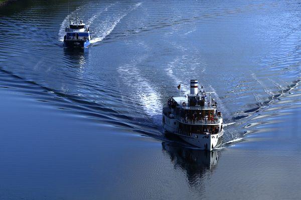 mcN. O. (1459)6d 020, Kanal mit Schiffen und Spiegelung, durch Zugfenster, Levensauer Hochbrücke