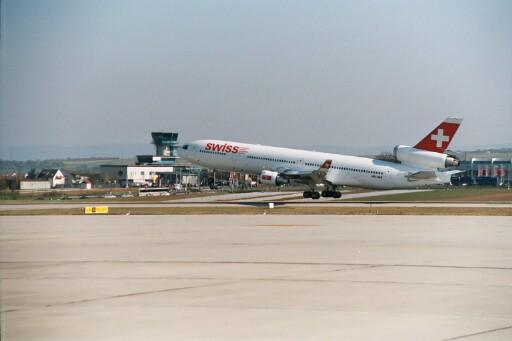 MD-11 der SWISS beim Start am Flughafen Stuttgart