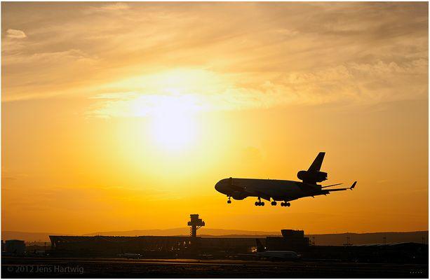 MD - 11 im Anflug auf den Sonnenuntergang