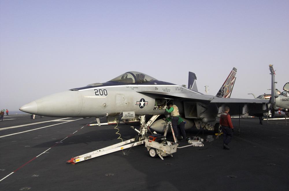 Mechaniker arbeiten an F/A 18 Superhornet