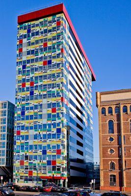 Mediahafen Düsseldorf buntes Gebäude