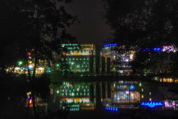 Mediapark Köln bei Nacht, Aussicht vom Wohnviertel