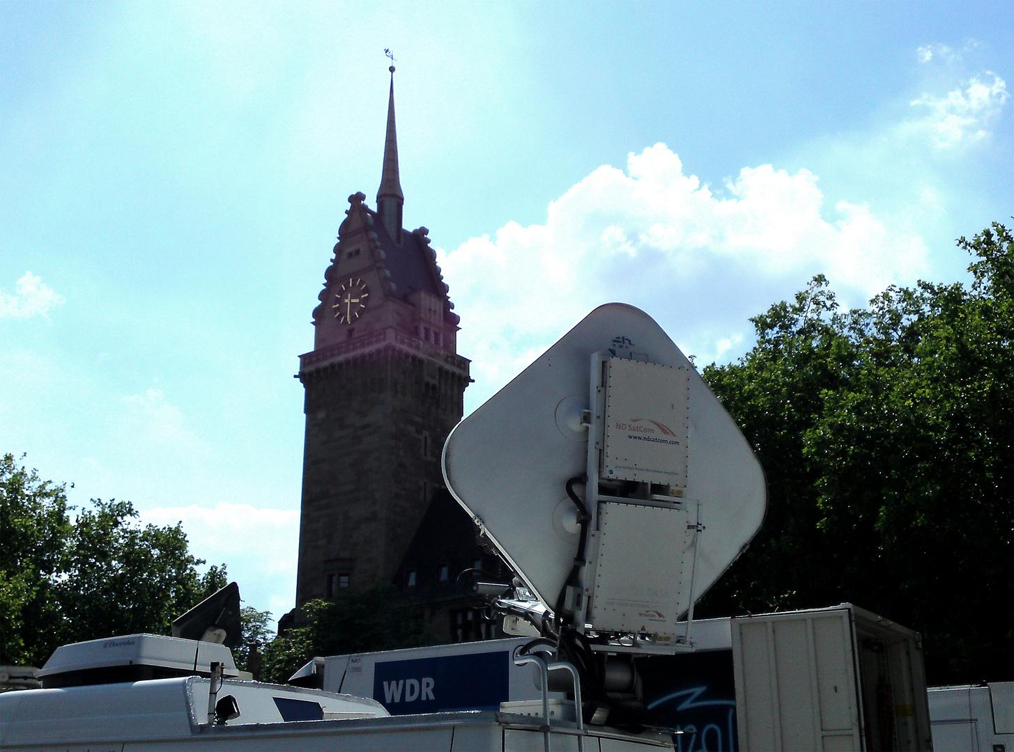 Medienbelagerung des Duisburger Rathauses nach der Loveparade-Katastrophe