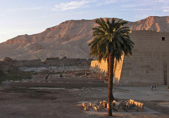 Medinet Habu (7).. ich liebe den Anblick kurz vor Sonnenuntergang in den thebanischen Bergen.