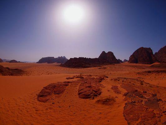 MEDIO DIA EN EL VALLE DE LA LUNA ( Wadi Rum - Jordania ).Dedicada a Shaarita , mi amiga valenciana .