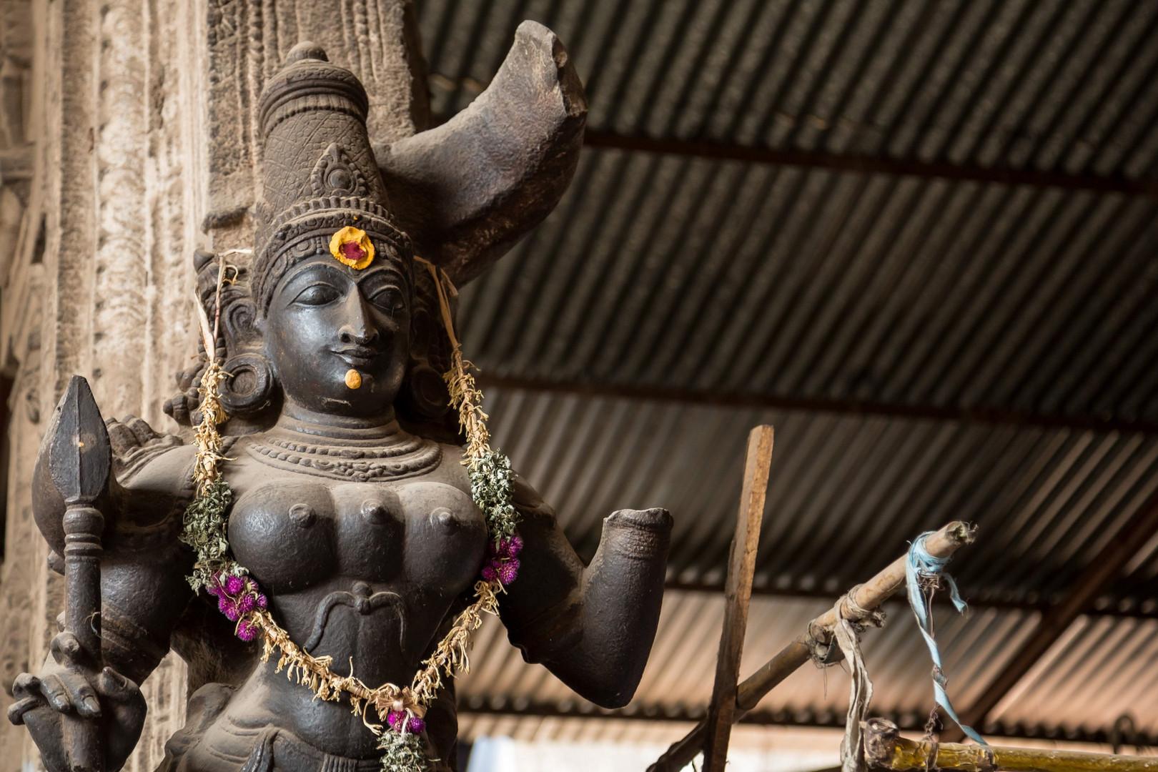 Meenakshi, la déesse aux yeux de poisson, est aussi souvent représentée avec trois seins.
