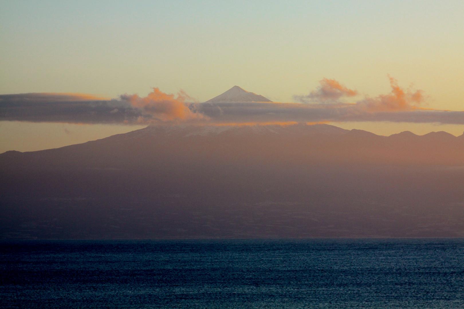 Meer, Berg und Wolkendecke im Querschnitt