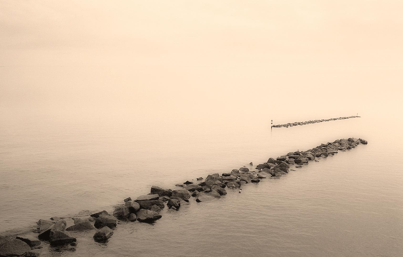 Meer mit Steinbuhnen bei Binz auf Rügen