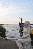 Meerjungfrau vorm Bergungsboot