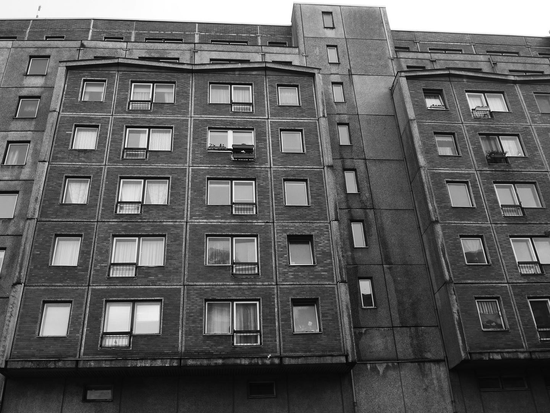 Mehrfamiliengebäude in Plattenbauweise im Osten Berlins 25 Jahre nach dem Mauerfall