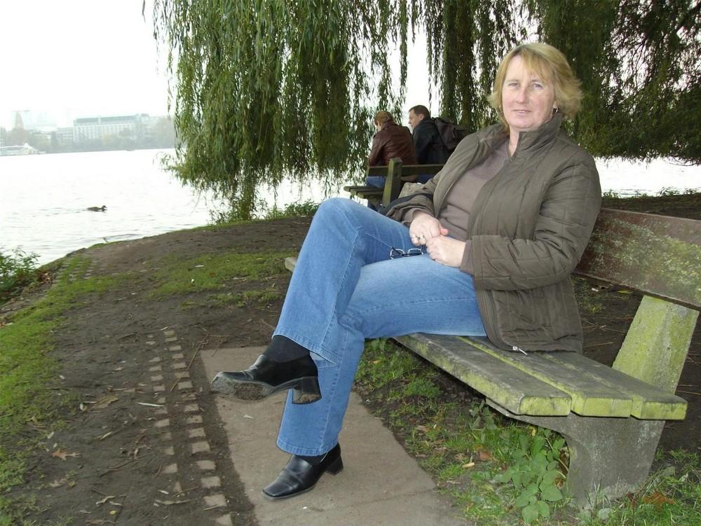 Mein Engelchen auf einer Bank an der Alster. Oktober 2007