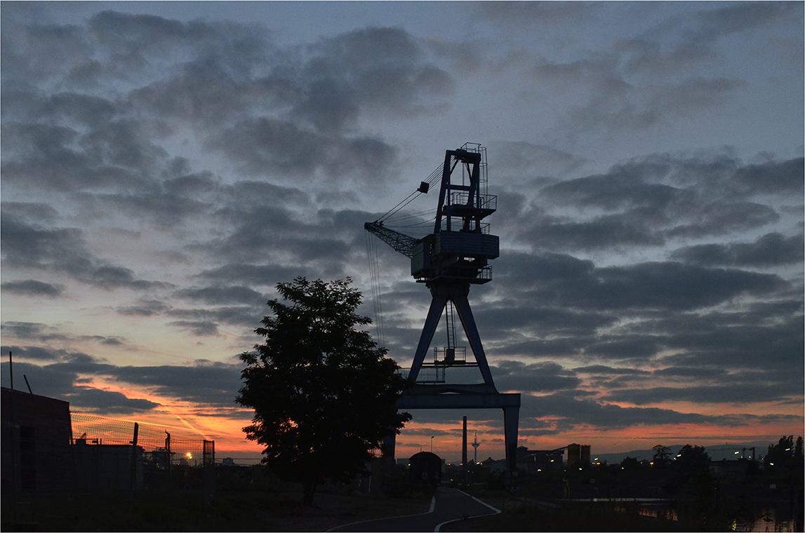 mein heutiger Sonnenuntergang....Offenbach - im Hintergrund Frankfurt