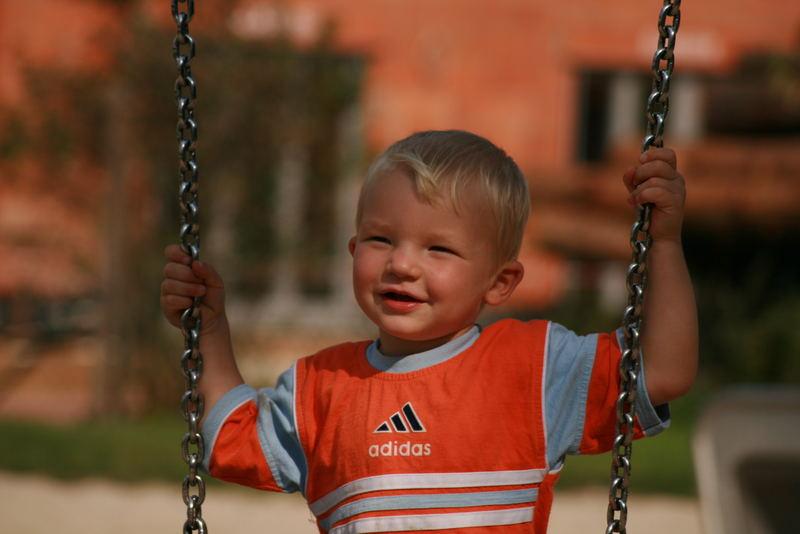 Mein kleiner Sohn am Spielplatz