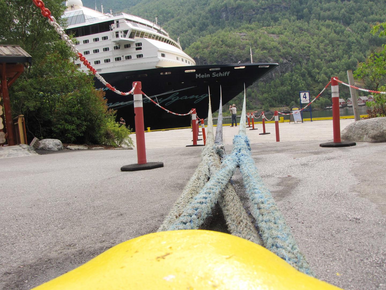 Mein Schiff 1 am Anleger von Flam / Norwegen