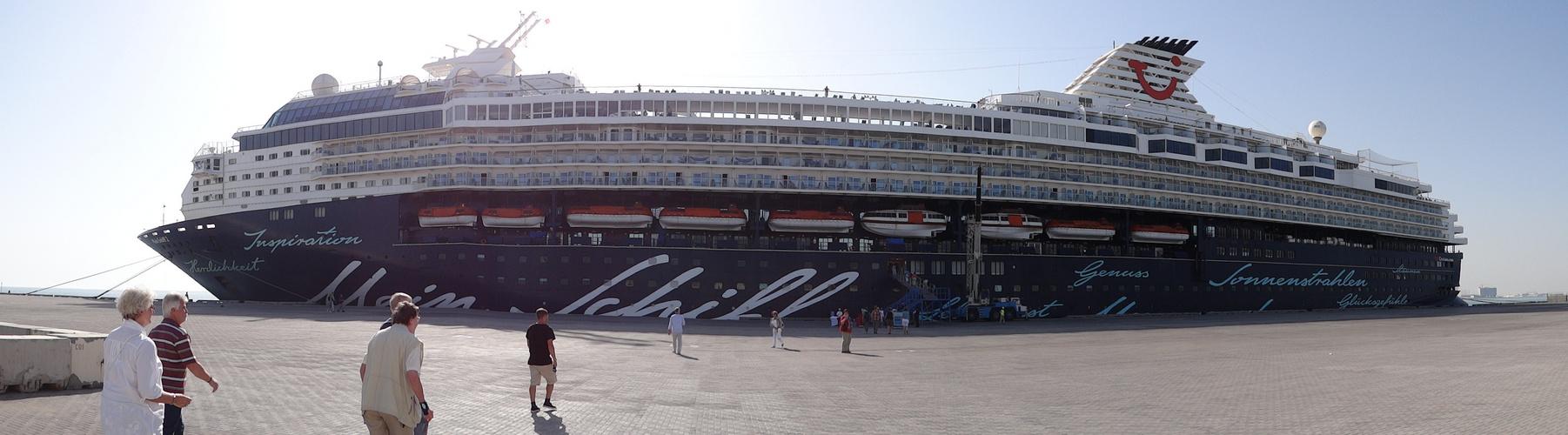 Mein Schiff 2 in Bahrain (Schiebefoto)