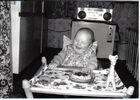 Mein Sohn beim Erdbeertorte essen