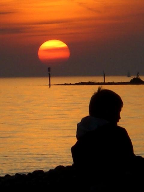 Mein Sohn genießt den Sonnenuntergang