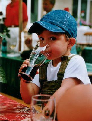 Mein Sohn, zum Glück nur Cola im Glas