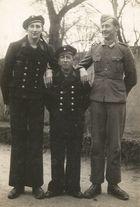 Mein Vater ..... der fröhliche Marinesoldat links