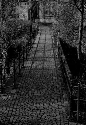 Meine Augsburger Ansichten - Gelaender . Brücke . Schatten . Weg