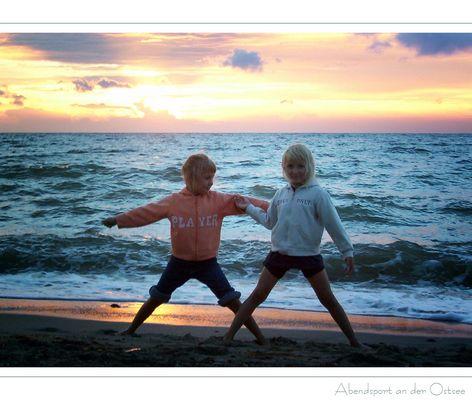 Meine beiden Kleinen beim Abendsport an der Ostsee