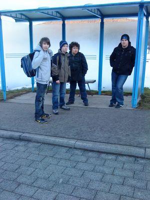 meine Buben warten auf den Bus