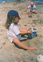 Meine Enkel bei Schwerarbeit im Sand am Molos, Paros, Griechenland