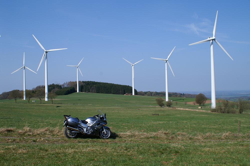 Meine FJR im Vogelsberg zwischen Windrädern