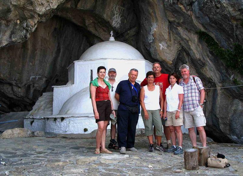 Meine Freunde u.ich nach einer sehr anstrengenden Tour zur Höhlenkirche.