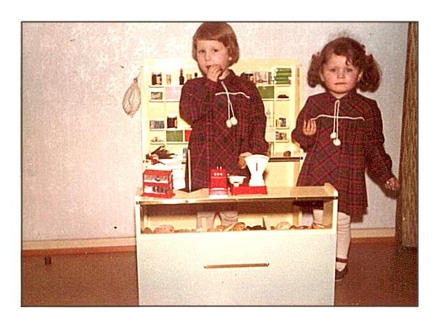 Meine große Schwester und ich an Weihnachten - ich denke, es war das Jahr 1965
