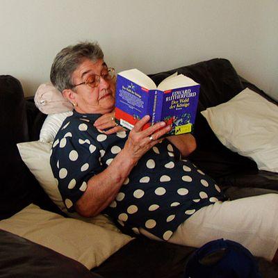 Meine Oma beim Lesen.