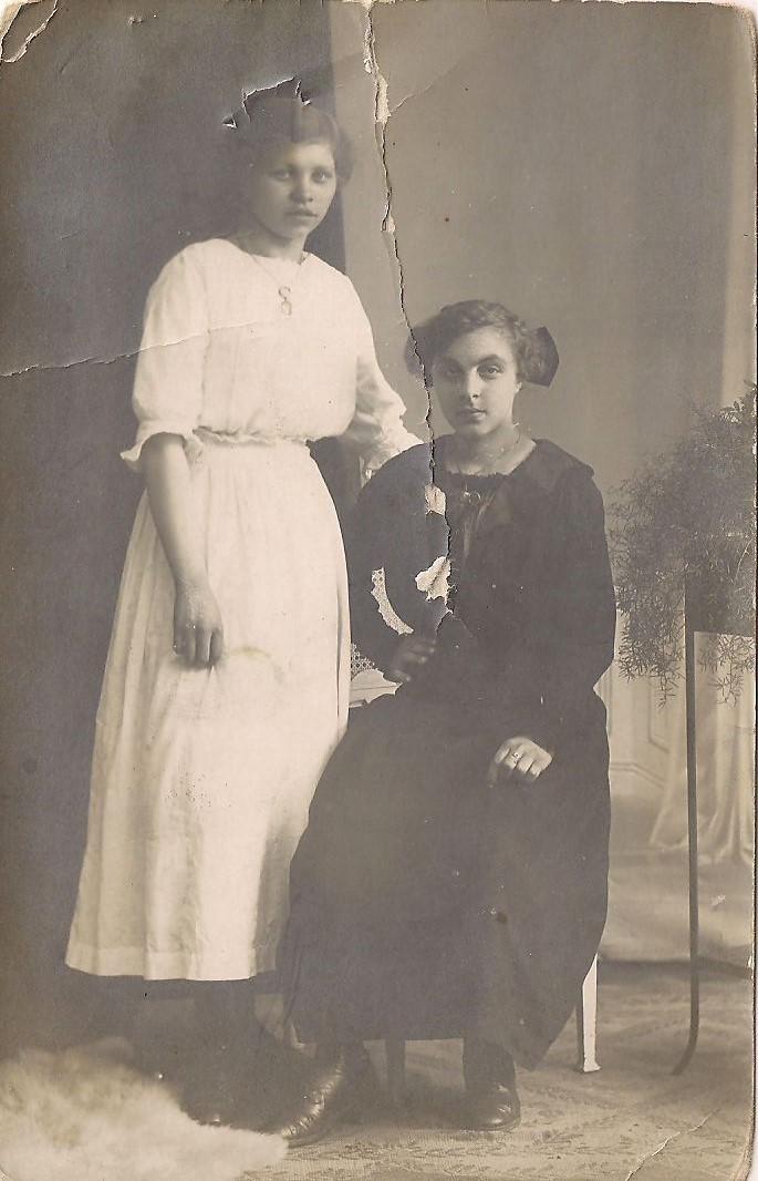 Meine Oma & Freundin um 1918