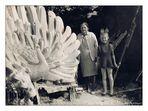 Meine Oma und ich vor dem Pfau-Entwurf ...