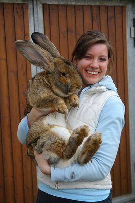 Meine Schwester mit ihrem Osterhasen Samson