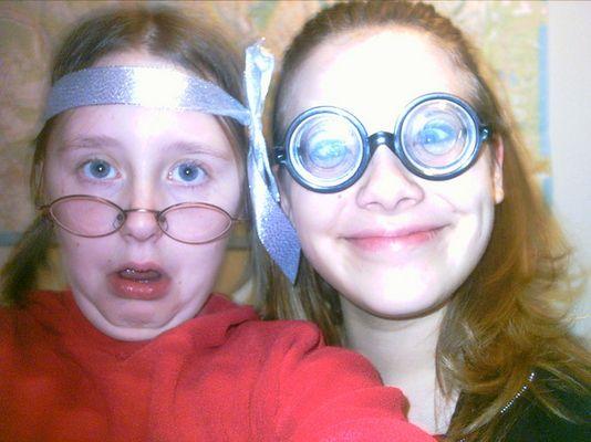 Meine Schwester (rechts) und ich (links)